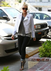 Gwen Stefani jazzed up her casual get-up with an edgy-chic white moto jacket during a visit to an acupuncture studio.