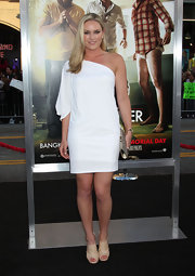 Lindsey Vonn added sparkle to her look at the premiere of the 'Hangover Part II' with a light gold crystal Jackie clutch.