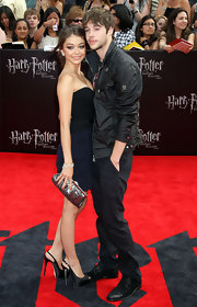 Sarah Hyland struck a posed at the 'Harry Potter' premiere in black satin slingback peep-toes.