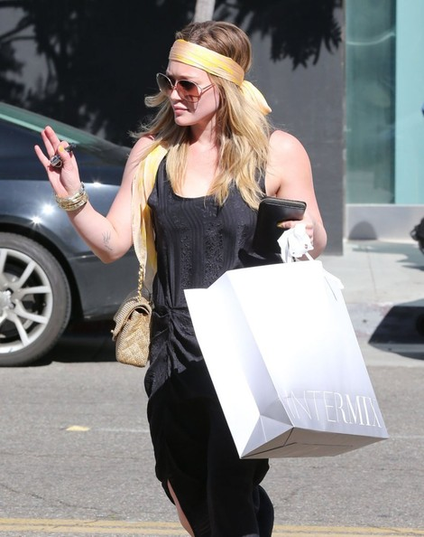 More Pics of Hilary Duff Chain Strap Bag (9 of 26) - Hilary Duff Lookbook - StyleBistro
