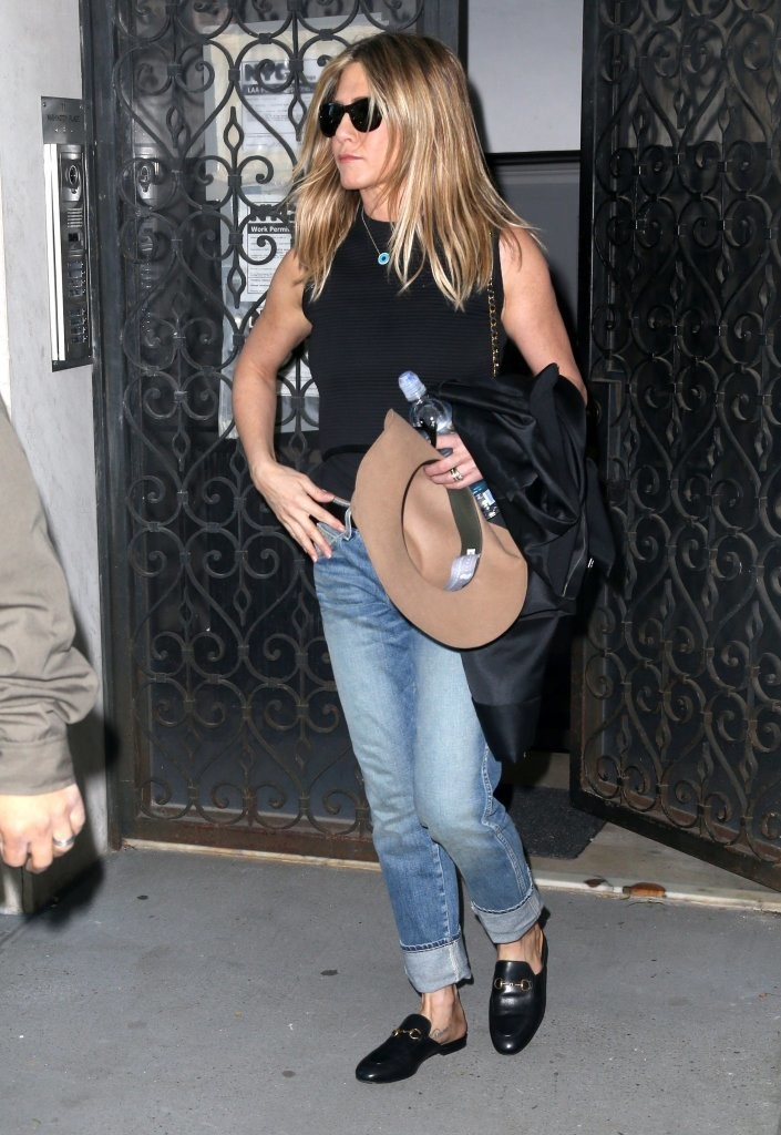 Jennifer aniston boyfriend jeans looks stylebistro Jennifer aniston fashion style pictures