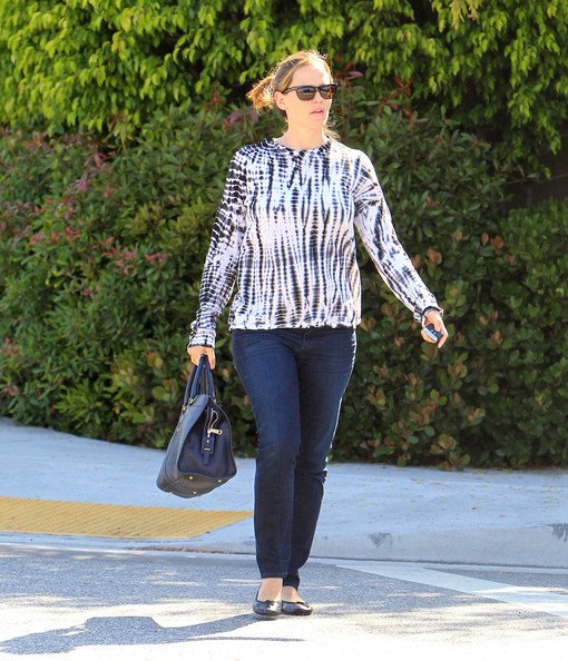 Jennifer's navy blue bowler bag was a neutral knock-out when paired with a simple jean and tee.