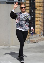 Jennifer Lopez teamed her sweater with a pair of black leggings.