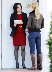 Jen was spotted on set in skinny jeans and black leather flat boots.