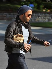 Jeremy Piven epitomized cool style in a scarf and leather jacket while grabbing lunch.