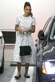 Jessica Alba complemented her outfit with a black Lanvin chain-strap bag.