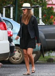 For her footwear, Jessica Alba chose super-comfy black flip flops.