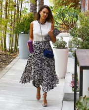 Jessica Alba pulled her outfit together with a pair of strappy gray platform sandals.