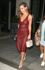 Jessica Alba opted for simple nude pumps by Jimmy Choo to complete her outfit.