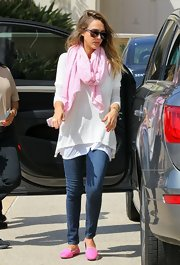 Jessica Alba added a dash of color to her white tunic with this cotton candy pink scarf.