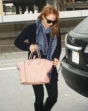 For her travel bag, Jessica Chastain chose a pale pink leather tote.