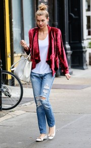 Jessica Hart contrasted her sophisticated jacket with a pair of RE/DUN ripped jeans.