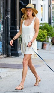 Jessica Hart completed her summer outfit with a pair of gold chain thong sandals.