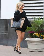 Jessica Simpson toted around all of her things in this color-blocked carry-all.