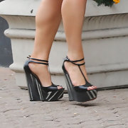 Jessica Simpson dressed up her oversized knit and shorts with these sky-high wedges.