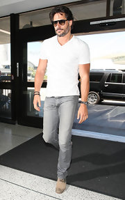 Joe Manganiello looked rugged and stylish in these gray jeans and V-neck tee.
