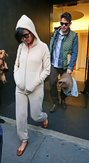 Katy Perry completed her comfy outfit with brown ballet flats.
