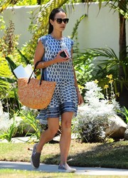 For her arm candy, Jordana Brewster chose a summer-chic orange straw tote.