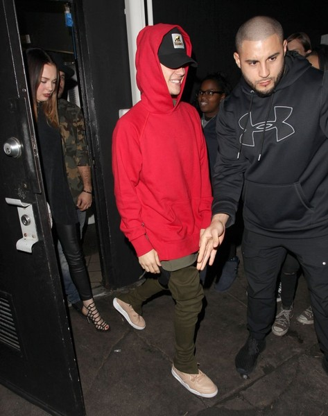 Justin Bieber sealed off his ensemble with beige basketball sneakers by Nike.