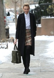 Karlie Kloss sealed off her ensemble with an army-green suede tote by Balenciaga.