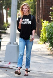 Karlie Kloss completed her casual look with a pair of boyfriend jeans by Frame.