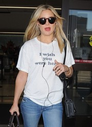 Kate Hudson was ready for paparazzi flashbulbs with her Sunday Somewhere sunnies as she arrived on a flight at LAX.
