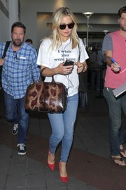 Kate Hudson arrived of a flight at LAX wearing a 2Nostalgik 'I wish you were here' tee.