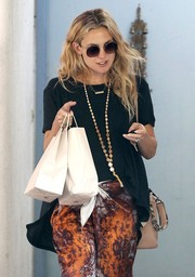 Kate Hudson jazzed up her black tee with a mother-of-pearl necklace by Chan Luu.
