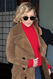 Kate Hudson accessorized with a pair of round shades by Ray-Ban for a day out in New York City.