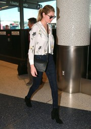 Kate Upton rounded out her airport look with a pair of black suede ankle boots.