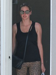 Kate Upton was spotted out in Melrose Place wearing mirrored aviator shades.