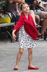 We love Suri's white dress with starfish print.  And note the way mom completed the look with matching red shoes and cover-up.