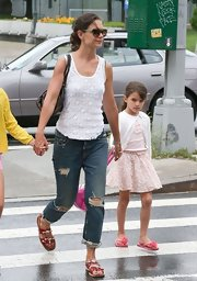Katie's distressed boyfriend jeans were a casual look for the actress.