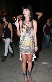 Katy wore a shimmering pair of gunmetal metallic gladiator sandals with thick ankle cuffs.