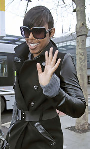 Kelly Rowland shielded her gaze in oversize square sunglasses.