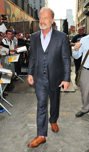 Kelsey Grammer paired camel Oxfords with his charcoal suit for his appearance on 'David Letterman.'