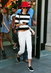 Kendall Jenner completed her casual-chic ensemble with a pair of white capri pants, also by Theory.