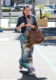 Khloe made a trip to the nail salon where she showed off her brown leather shoulder bag.