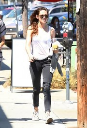 Kristen kept it casual with a pair of black skinny jeans, which she paired with a white tank.
