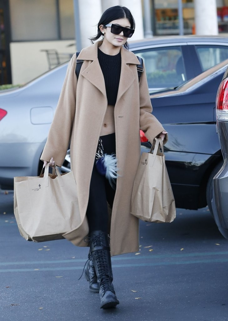 Kylie Jenner Grocery Shopping In Calabasas
