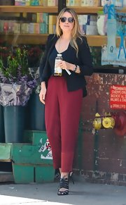 Lo rocked deep cranberry high-waisted trousers that featured tapered legs.