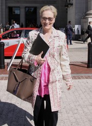 Meryl Streep accessorized her outfit with a tan leather tote.