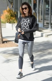 Lily Collins completed her gym outfit with a pair of two-tone sneakers.