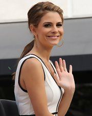 Maria Menounos pulled her hair back into a slightly messy, teased ponytail while filming 'Extra.'