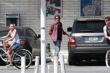 Miley Cyrus Billy Ray Cyrus Miley Cyrus And Liam Hemsworth Riding Their Bikes In Toluca Lake