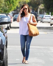Minka Kelly completed her laid-back attire with a pair of ripped jeans by Mother.