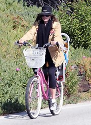 Mira Sorvino went biking in style in a fringed tan suede jacket.