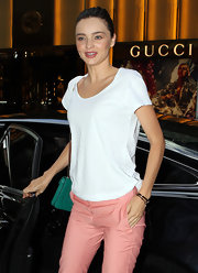 Miranda Kerr simplified her style with a loose white T-shirt.