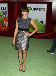 Rashida Jones topped off her shiny frock with black and tan strappy platform sandals.