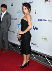 Jenna Dewan Tatum added class to her elegant strapless lace dress with a pair of black satin triple platform peep-toes.